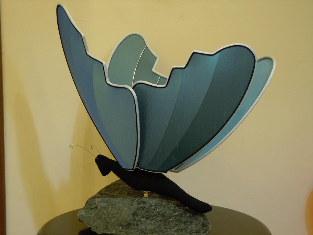 Farfalla su pietra spenta