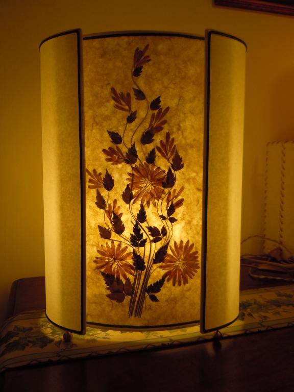 Lampada da tavolo con inserto fiori