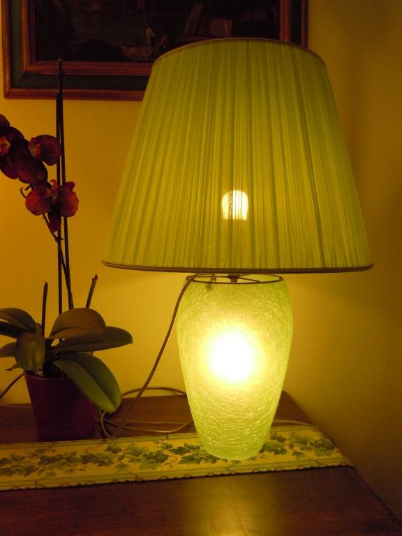 Lampada vetro con paralume plissato acceso