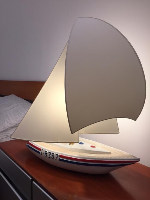 Ventola su barca a vela accesa